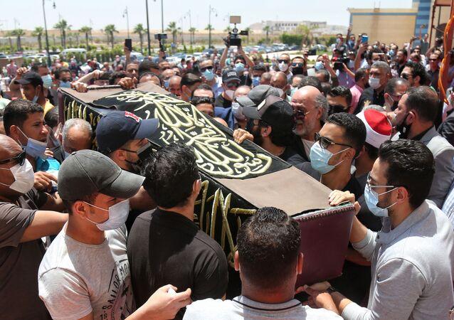 تشييع جنازة الفنان المصري الكوميدي، سمير غانم، من مسجد المشير حسين طنطاوي في العاصمة المصرية القاهرة، 21 مايو/ أيار 2021
