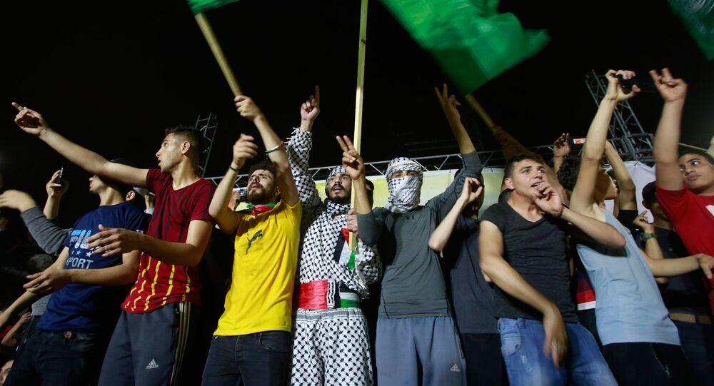خروج المئات من أهالي قطاع غزة إلى الشوارع احتفالاً بوقف إطلاق النار، الساعة الثانية فجر الجمعة، فلسطين 21 مايو 2021