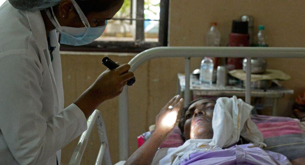 طبيب يفحص مريضا تعافى من فيروس كورونا المستجد وأصيب الآن بالفطر الأسود في جناح بمستشفى حكومي في حيدر أباد، الهند، 21 مايو/ أيار 2021.