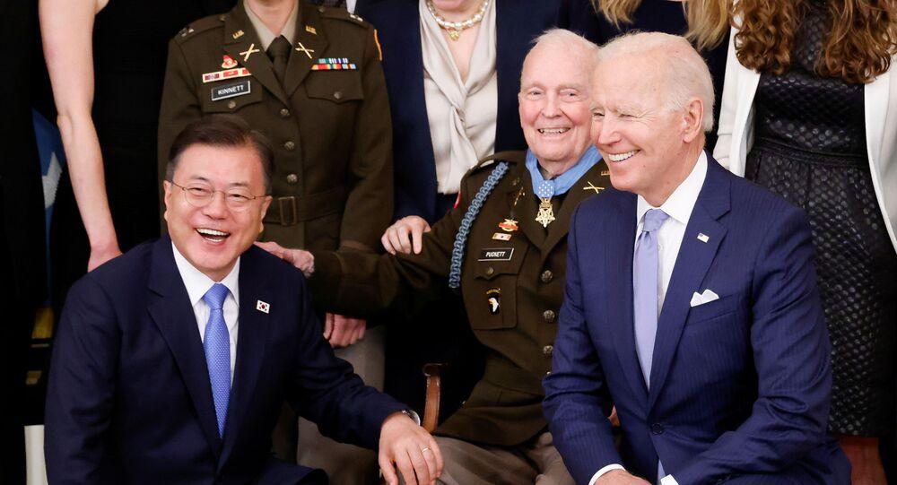 الرئيس الأمريكي، جو بايدن، ورئيس كوريا الجنوبية، مون جاي إن، يشاركان في حفل ميدالية الشرف بالعاصمة الأمريكية واشنطن، 21 مايو/ أيار 2021
