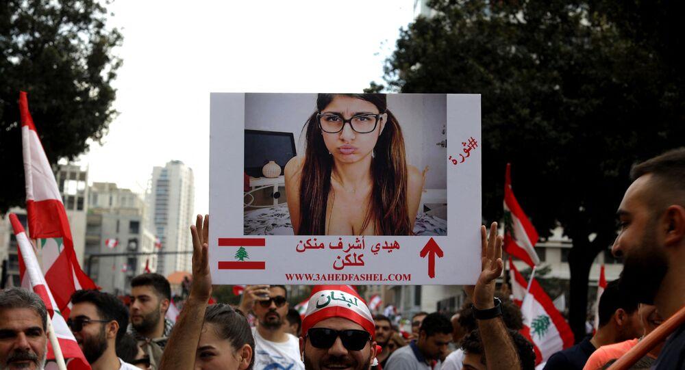 رفع صور ميا خليفة في مظاهرات بلبنان