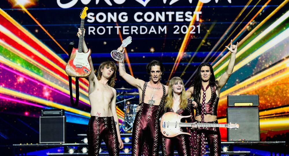 فريق مانسكين الإيطالي على المسرح بعد فوزه في مسابقة الأغنية الأوروبية عام 2021 في روتردام، هولندا