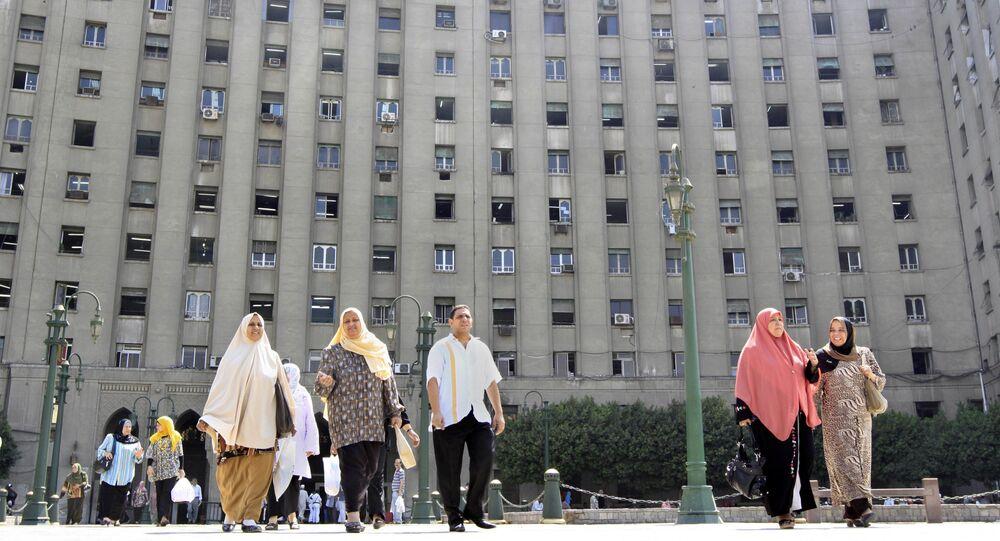 موظفون خارج مجمع التحرير الحكومي وسط القاهرة