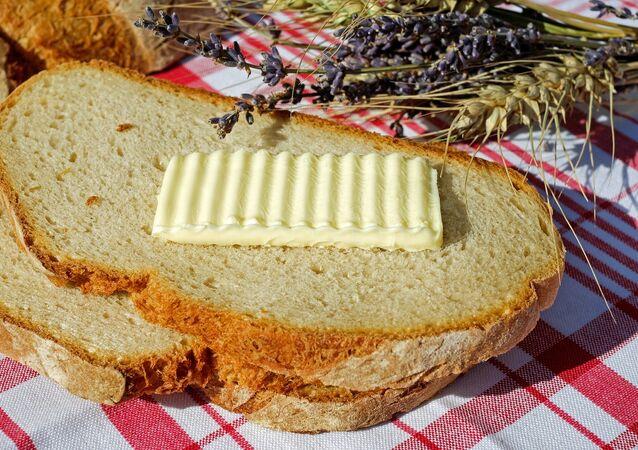 الخبز مع قطعة زبدة