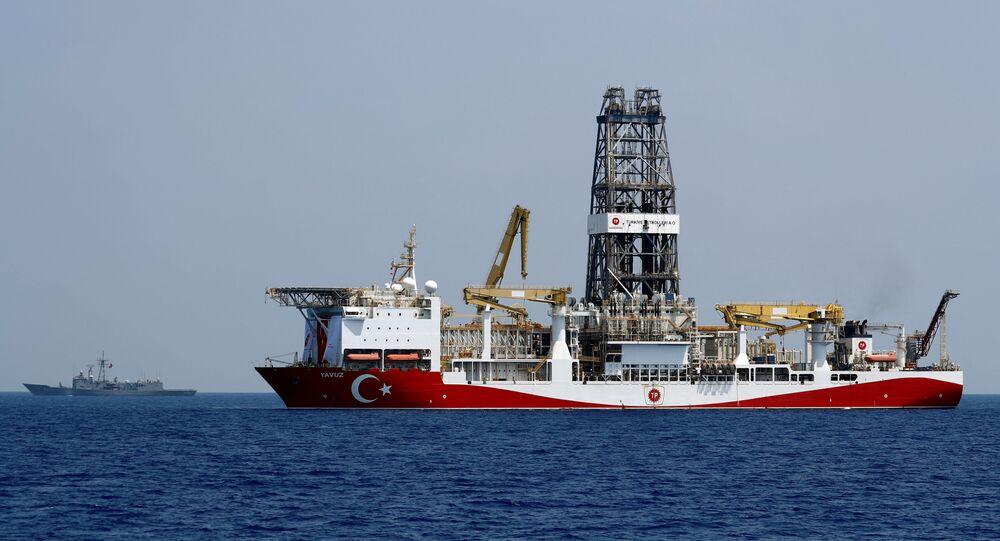 سفينة الحفر التركية يافوز ترافقها فرقاطة تابعة للبحرية التركية