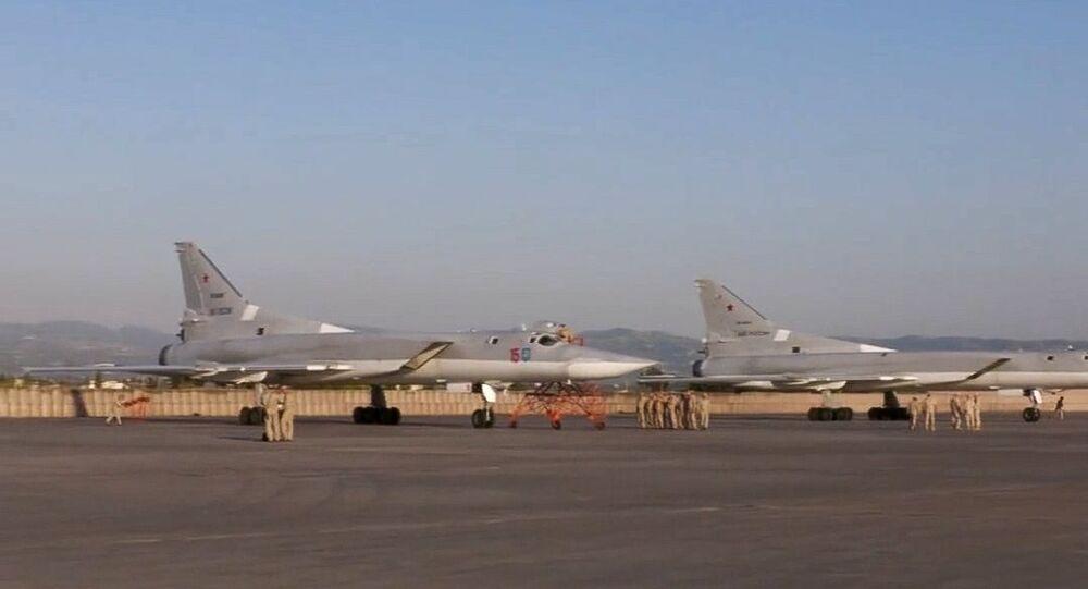 طائرتا تو-22 في مطار قاعدة حميميم