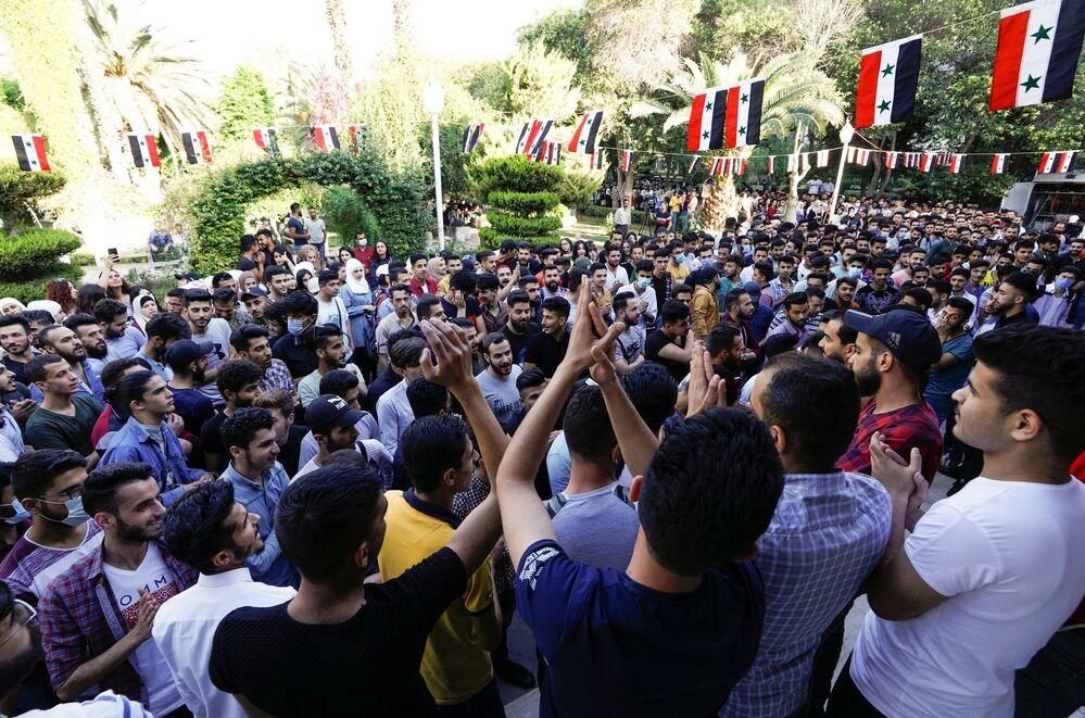 طلاب جامة يشاركون في التصويت في الانتخابات الرئاسية السورية في دمشق، سوريا 26 مايو 2021
