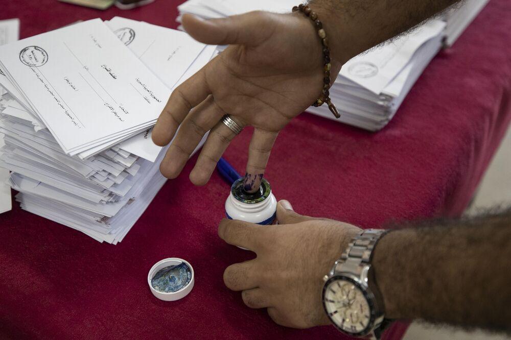 رجل سوري بعد الإدلاء بصوته في الانتخابات الرئاسية السورية في دمشق، سوريا 26 مايو 2021