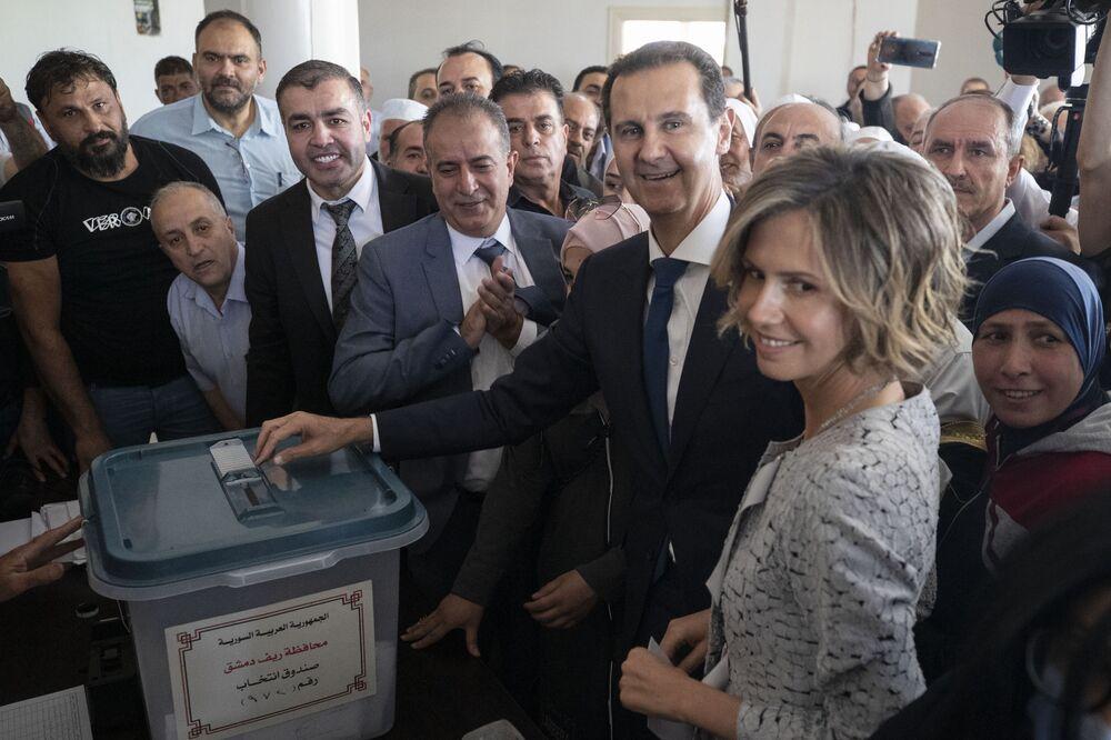 الرئيس السوري بشار الأسد يشارك مع زوجته أسماء الأسد في التصويت في الانتخابات الرئاسية السورية في دوما، ريف دمشق، سوريا 26 مايو 2021