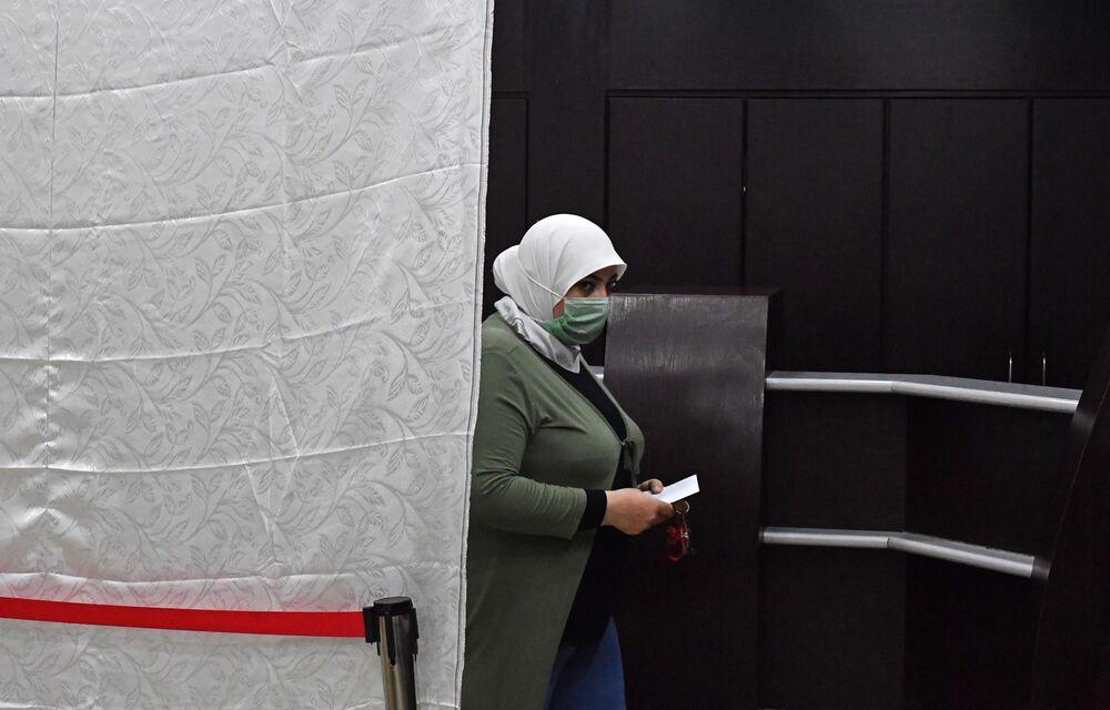 امرأة تشارك في التصويت في الانتخابات الرئاسية السورية في دمشق، سوريا 26 مايو 2021