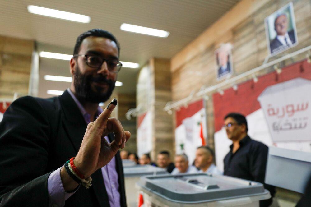 رجل يشارك في التصويت في الانتخابات الرئاسية السورية في دمشق، سوريا 26 مايو 2021
