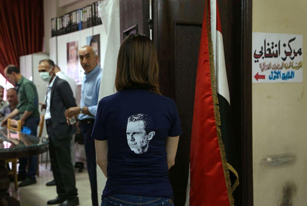 فتاة تشارك في التصويت في الانتخابات الرئاسية السورية في دمشق، سوريا 26 مايو 2021