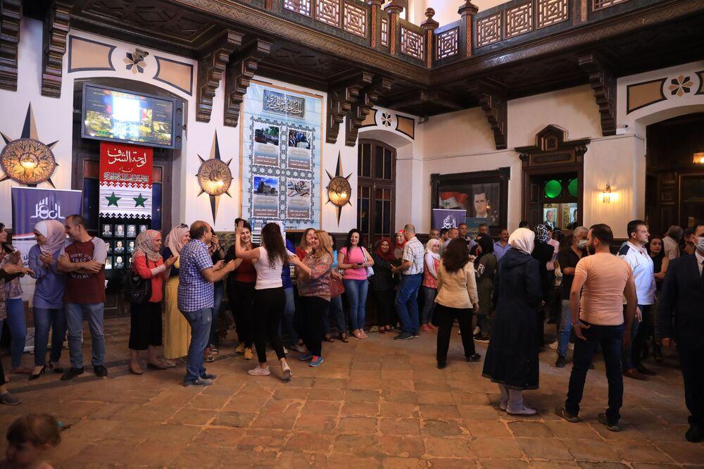 المواطنون السوريون يشاركون في التصويت في الانتخابات الرئاسية السورية في دمشق، سوريا 26 مايو 2021