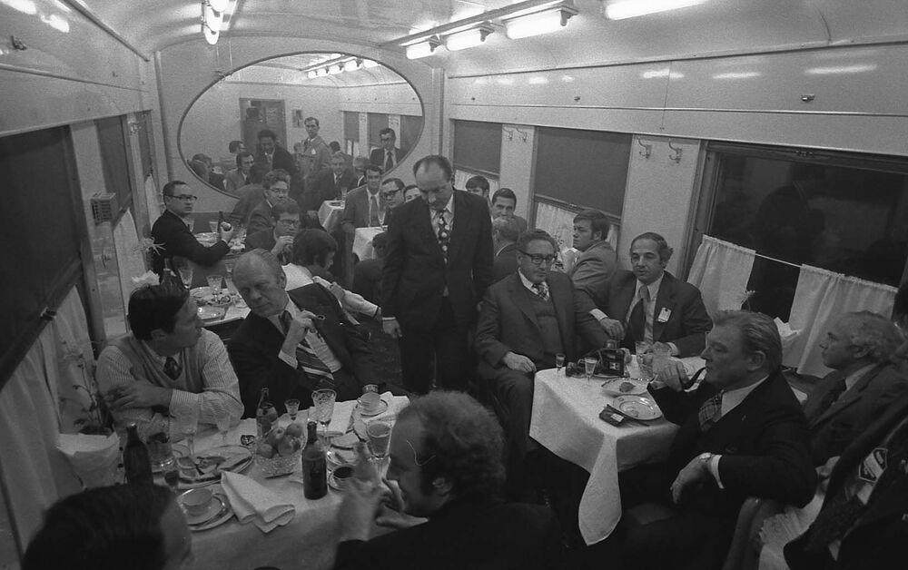 الرئيس الأمريكي جاريلد فورد يتناول وجبة الغذاء في قطار بالقرب من فلاديفوستوك الروسية، عام 1974