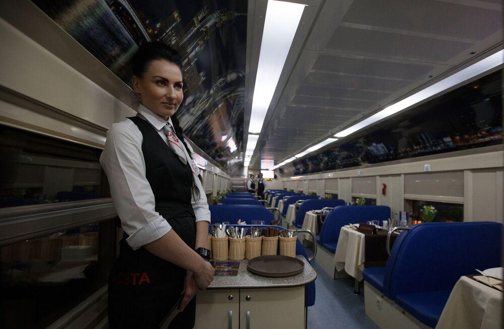 قسم المطعم في قطار بطابقين سان بطرسبورغ - موسكو، عام 2015