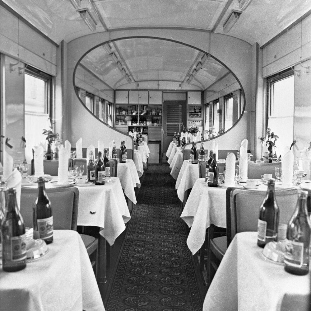 منظر لمطعم من داخل قطار، عام 1970