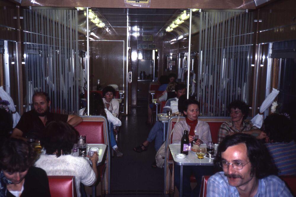 مجموعة من السياح الفرنسيين داخل مطعم في قطار إركوتسك - موسكو