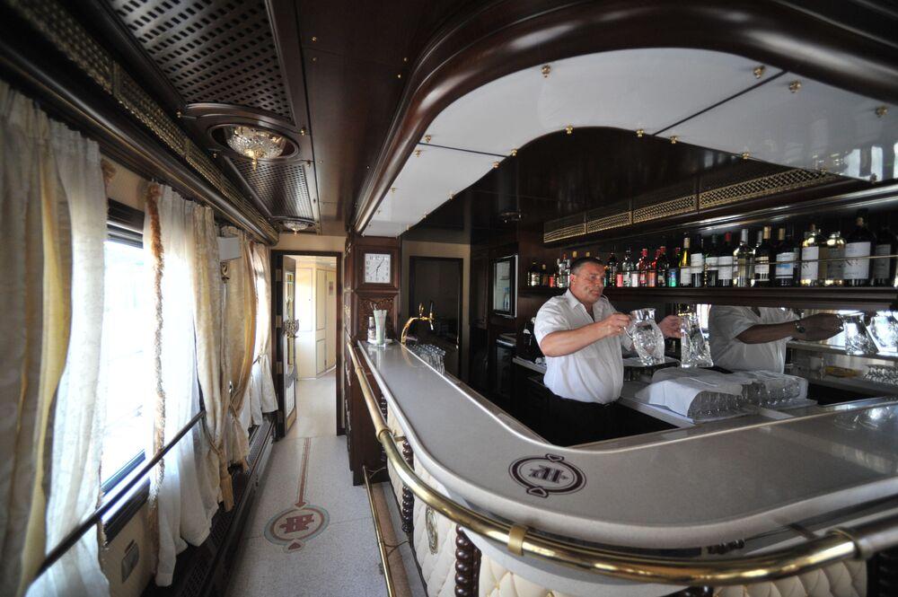 مطعم داخل قطار سياحي موسكو - بكين