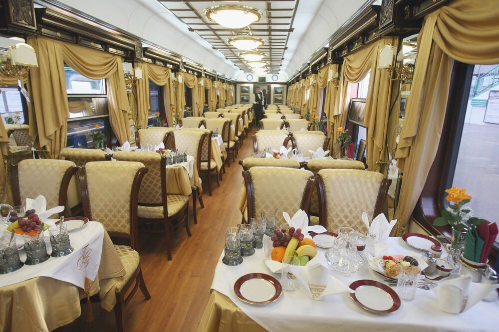 منظر داخل مطعم في قطار زولوتوي أوريول - ترانس سيبيريا إكسبرس