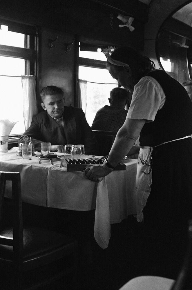 نادلة تخدم الركاب في مطعم على متن رحلة موسكو - فلاديفوستوك، على طريق ترانس سبيريا السريع، عام 1965