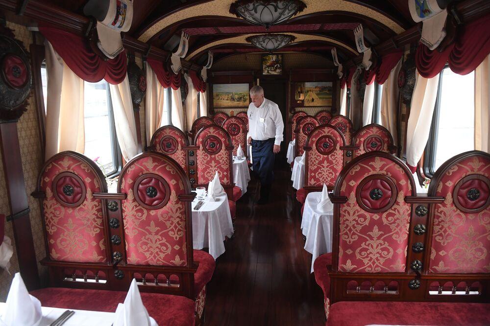مطعم داخل قطار إمبيراتورسكايا روسيا (روسيا الإمبراطورية)، على طريق ترانس سبيريا السريع، عام 2018