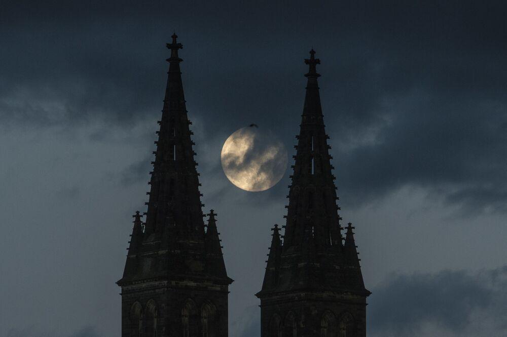 القمر العملاق في براغ، التشيك 25 مايو 2021