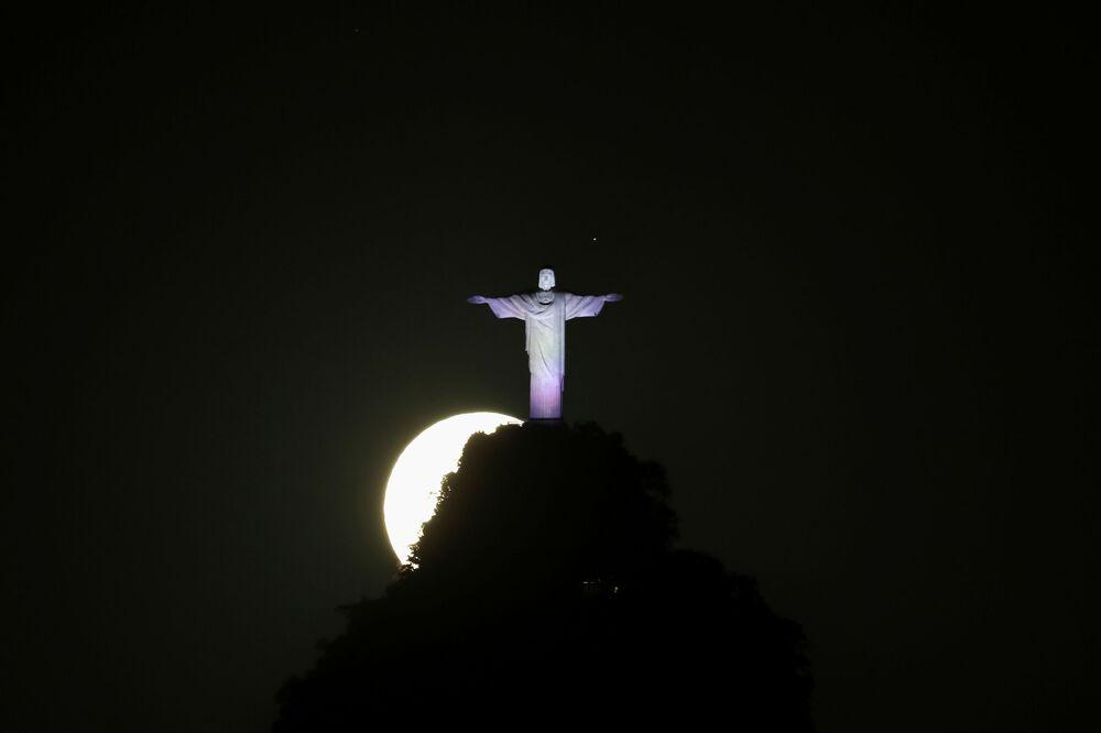 خسوف القمر العملاق في ريو دي جانيرو، البرازيل 26 مايو 2021