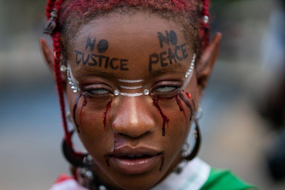 متظاهرة في مسيرة لإحياء الذكرى الأولى لمقتل جورج فلويد في نيويورك، الولايات المتحدة الأمريكية 25 مايو 2021