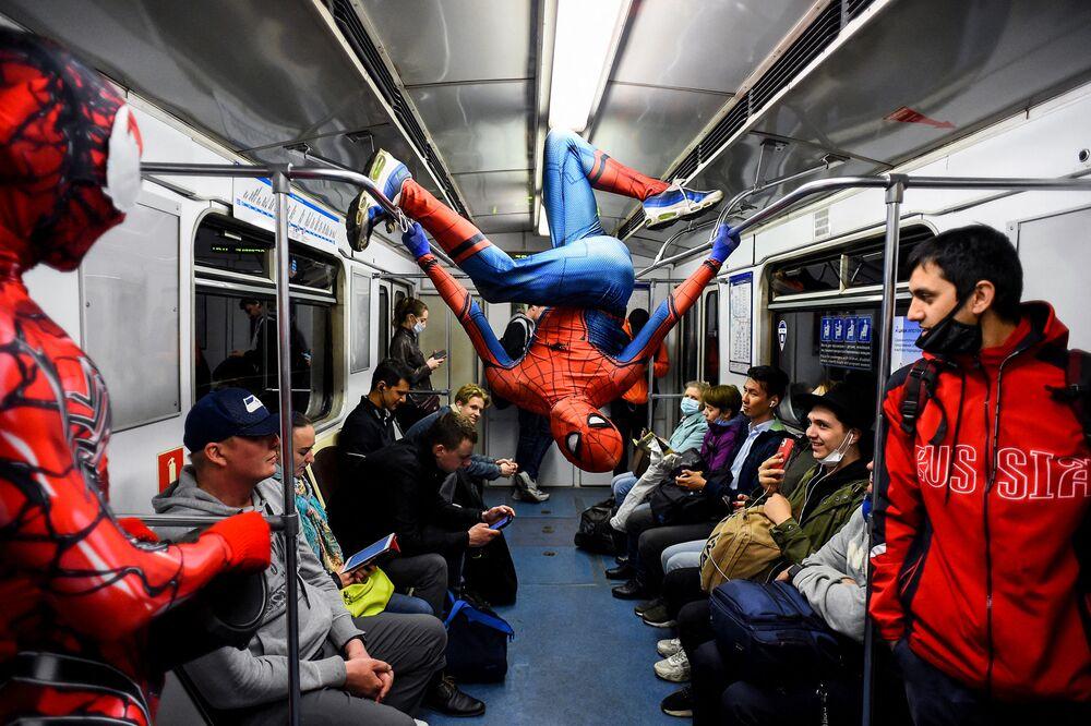 راقصون يرتدون أزياء سبايدرمان (الرجل العنكبوت) يقومون بعرض في مترو أنفاق سان بطرسبورغ، روسيا21 مايو 2021