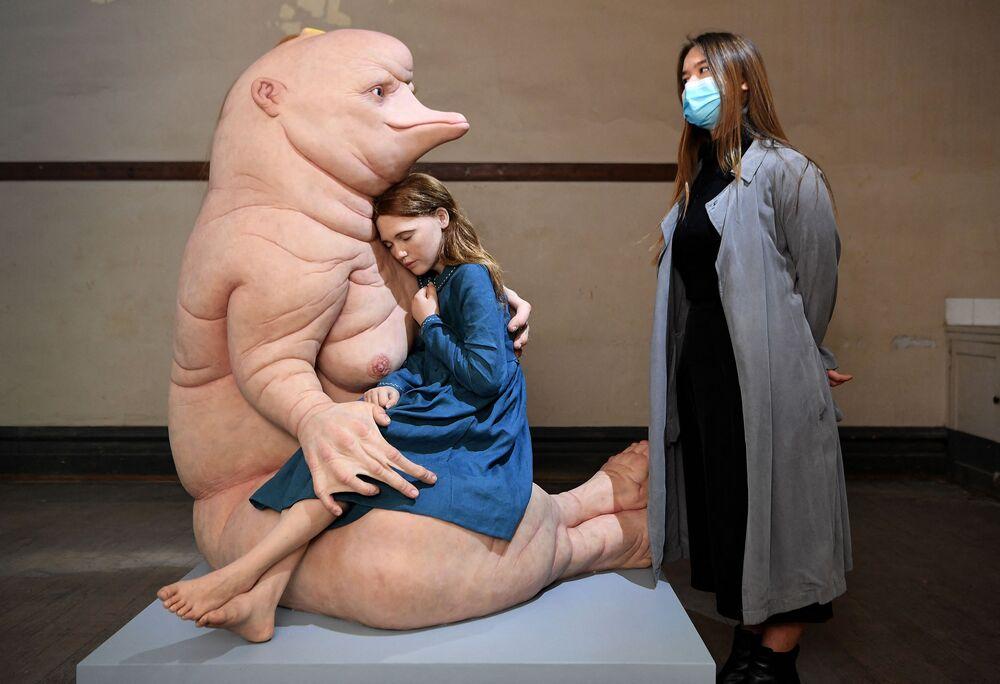 سارة إيمري (على اليمين) تنظر على تحفة للفنانة الأسترالية باتريشيا بيتشينيني، في محطة فليندرز ستريت أثناء إطلاق مهرجان رايزينغ الثقافي في ملبورن، أستراليا 26 مايو 2021