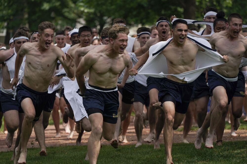 طلاب الأكاديمية البحرية الأمريكية يحتفلون بانتهاء السنة الدراسية الأولى في أنابوليس، الولايات المتحدة الأمريكية 22 مايو 2021