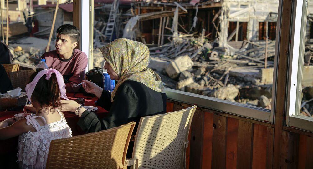 عائلات فلسطينية تخرج للترفيه عن نفسها في مطاعم مدينة غزة، بعد التوصل إلى اتفاق وقف إطلاق النار بين فصائل المقاومة الفلسطينية و إسرائيل، 23 مايو 2021