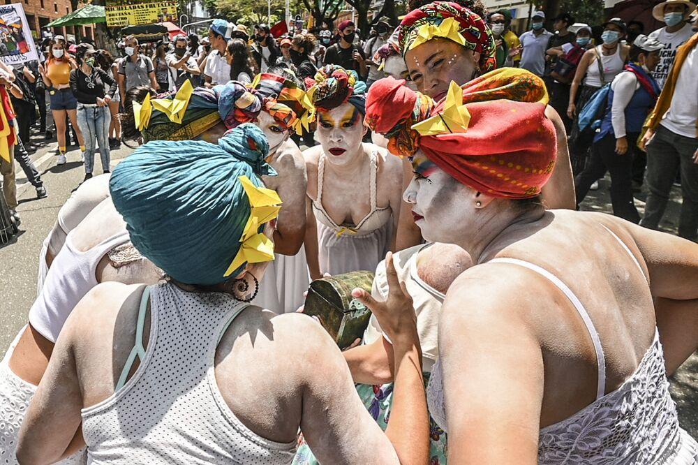 فنانون يؤدون عرضًا خلال احتجاجات جديدة ضد حكومة الرئيس الكولومبي إيفان دوكي في ميديلين، كولومبيا 26 مايو 2021