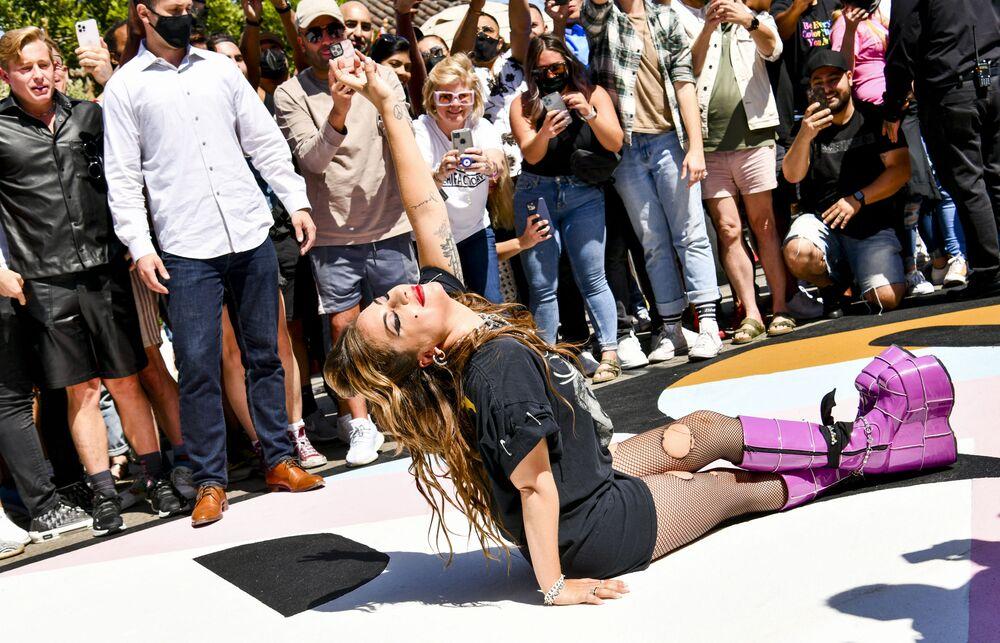 المغنية الأمريكية ليدي غاغا خلال التقاط المصورين الصحفيين صوراً لها، خلال احتفال بمرور 10 سنوات على ألبومها ولدت هكذا (Born This Way) في هوليود، كاليفورنيا، الولايات المتحدة 23 مايو 2021