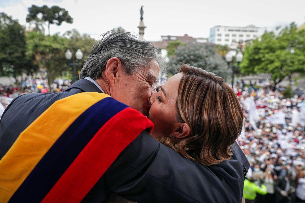رئيس الإكوادور غييرمو لاسو (اليسار) يحتضن زوجته السيدة الأولى ماريا دي لورديس ألسيفار، على شرفة قصر كارونديليت بعد أن أدى اليمين، في كيتو، الإكوادور 24 مايو 2021