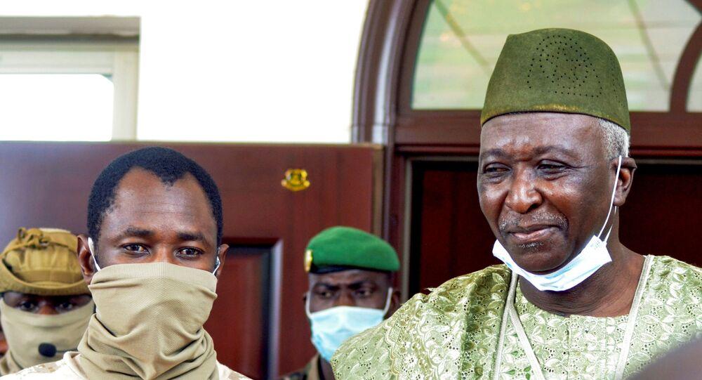 العقيد أسيمي غويتا، قائد الانقلاب العسكري في اجتماع مع وسطاء المجموعة الاقتصادية لدول غرب إفريقيا (إيكواس) في باماكو