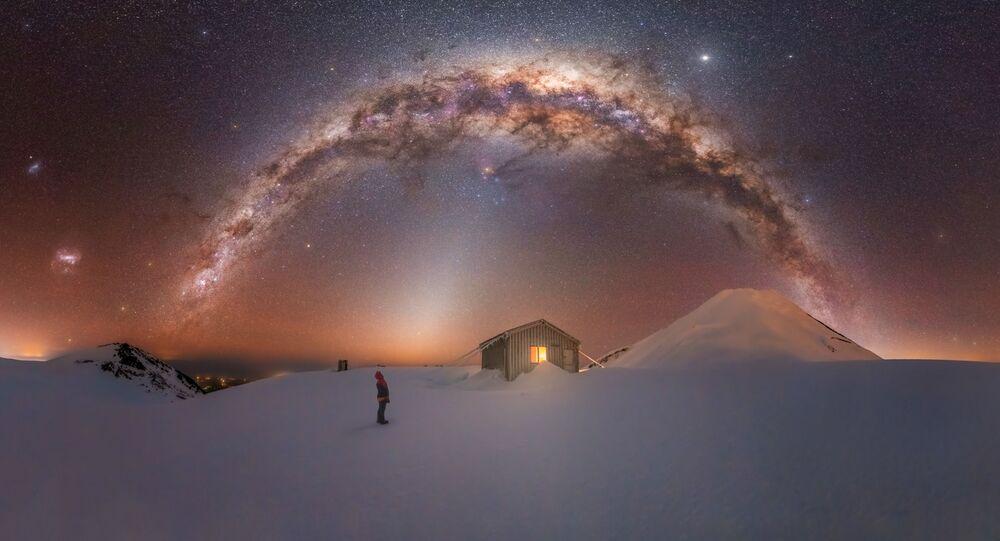 صورة بعنوان جبل تاراناكي (الواقع على الساحل الغربي من الجزيرة الشمالية لنيوزيلندا)، للمصور لارين راي، الحاصلة على جائزة مسابقة تصوير مجرة درب التبانة لعام 2021
