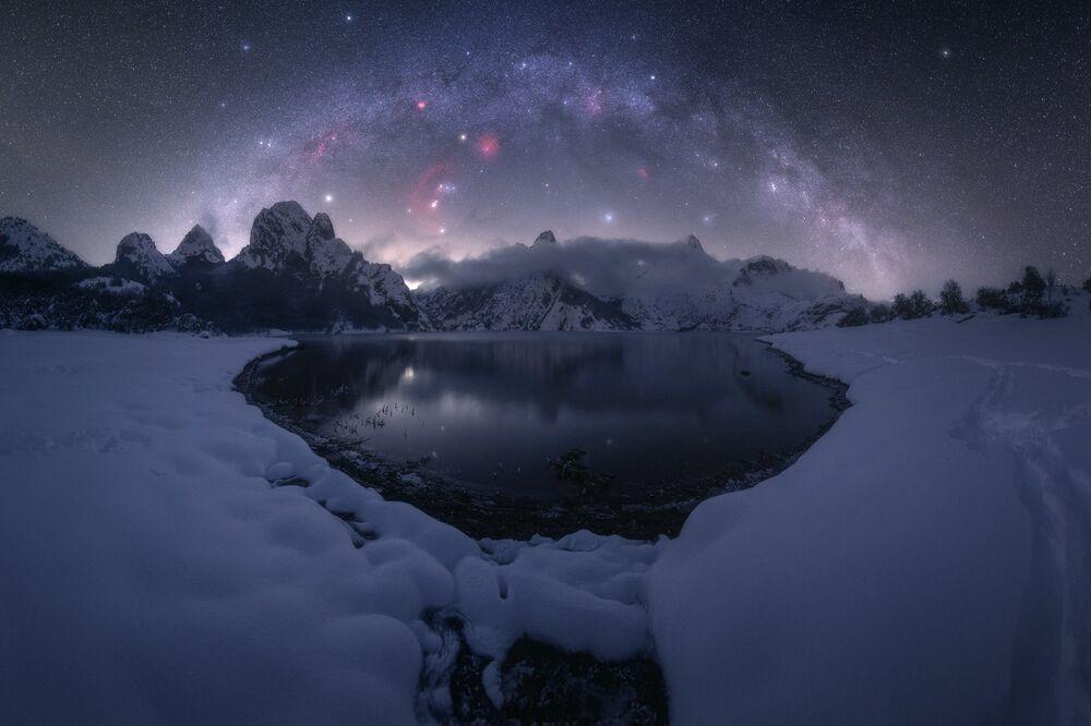 صورة بعنوان جبل ريانو (الواقع على نهر إسلا في جبال مقاطعة ليون، في منطقة الحكم الذاتي لقشتالة وليون، شمال إسبانيا)، للمصور بابلو رويز، الحاصلة على جائزة مسابقة تصوير مجرة درب التبانة لعام 2021