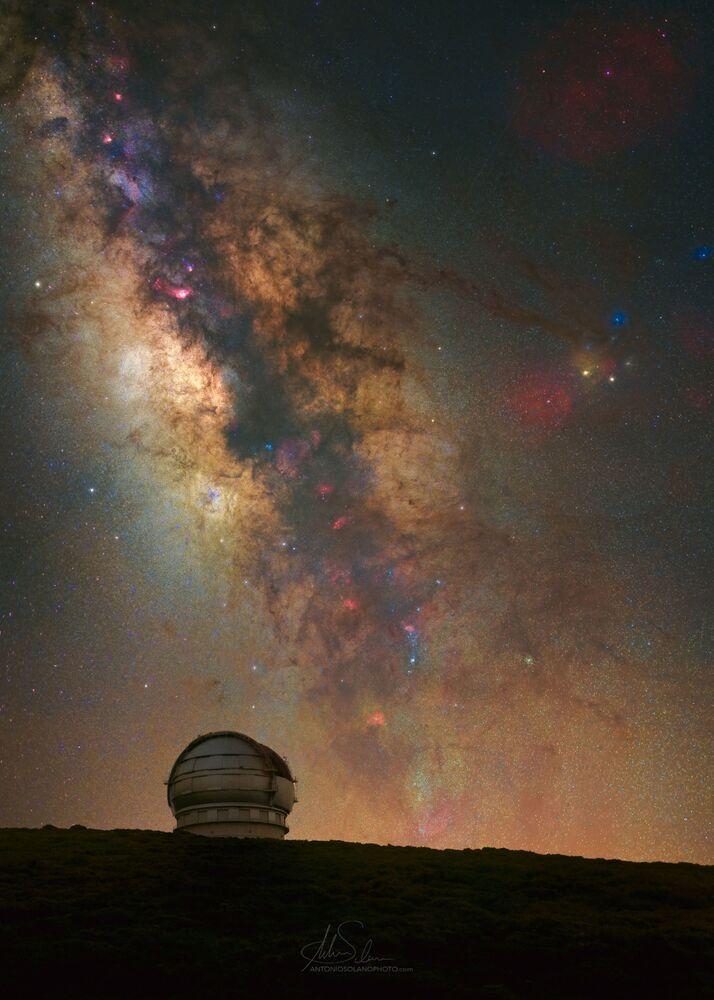 صورة بعنوان غرانتيكان (تلسكوب غراين كانارياس: المعروف أيضا باسم تلسكوب الكناري العظيم، يقع تلسكوب في جزيرة لا بالما، في جزر الكناري، إسبانيا)، للمصور أنطونيو سولانو، الحاصلة على جائزة مسابقة تصوير مجرة درب التبانة لعام 2021