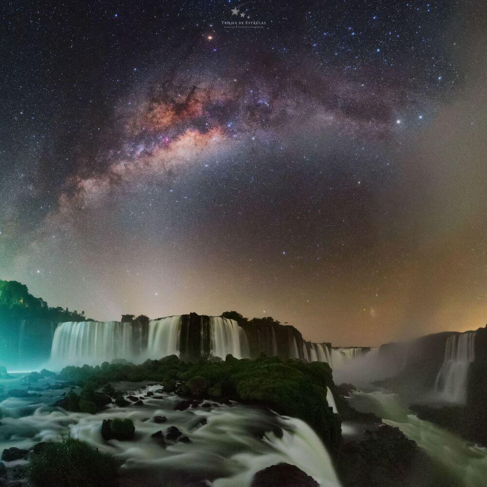 صورة بعنوانتديفلز ثروت (حنجرة الشيطان، شلال في الأرجنتين)، للمصور فيكتور ليما، الحاصلة على جائزة مسابقة تصوير مجرة درب التبانة لعام 2021