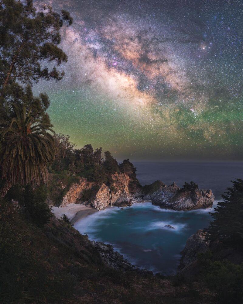 صورة بعنوانالجنة (الواقعة بالقرب من بيغ سور، وهي منطقة جبلية وعرة، تقع في الساحل الأوسط لولاية كاليفورنيا، المطل على المحيط الهادئ)، للمصور مارسين زاجاك، الحاصلة على جائزة مسابقة تصوير مجرة درب التبانة لعام 2021