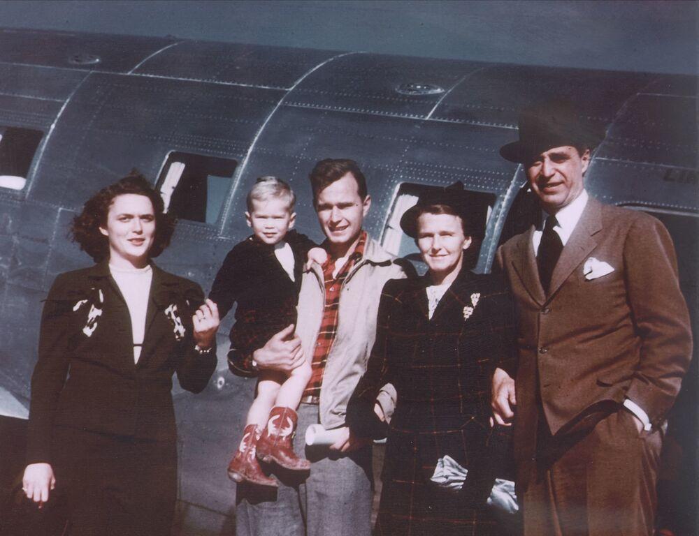 عائلة بوش - من اليسار: الرئيس الأمريكي الأسبق جورج بوش (الابن) وزوجته السيدة الأمريكية باربارا بوش، ووالديه: الرئيس الأمريكي الأسابق جورج بوش (الأب) وزوجته دوروثي والكر بوش، عام 1948