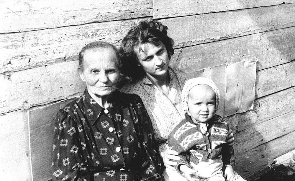الرئيس الروسي فلاديمير بوتين وهو طفل صغير مع والدته (حوالي خمسينيات القرن الماضي)
