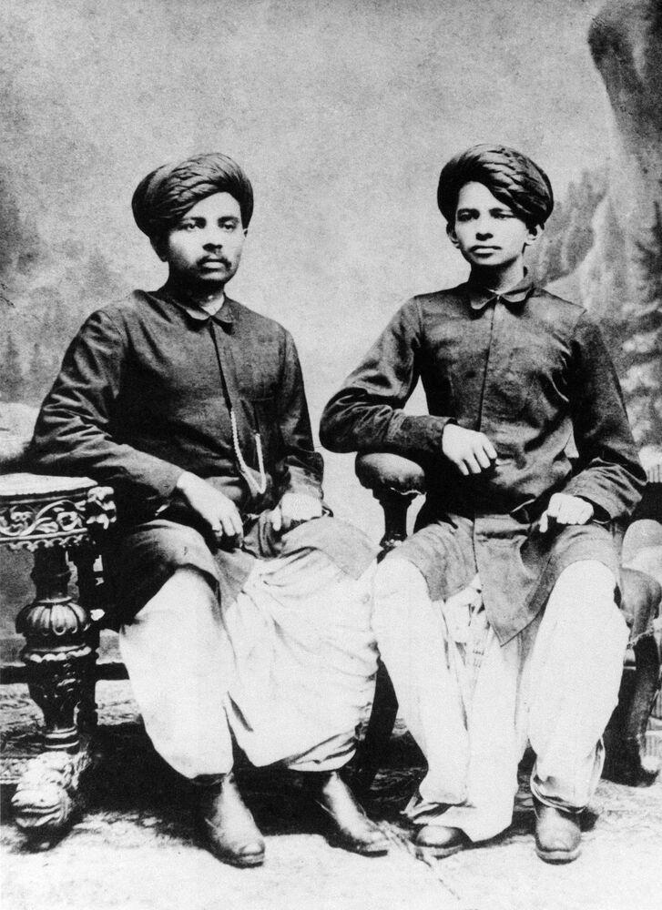 شياسي والناشط الاجتماعي مهاتما غاندي برفقة أخيه لاكسميداس، عام 1886