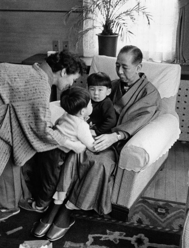 صورة عائلية لنوبوسوكي كيشي، رئيس وزراء اليابان وزوجته ريوكو في زي ياباني تقليدي (كيمونو) مع حفيدهما شينزو آبي (رئيس وزراء اليابان السابق) وهيرونوبو آبي (في حضن جده).