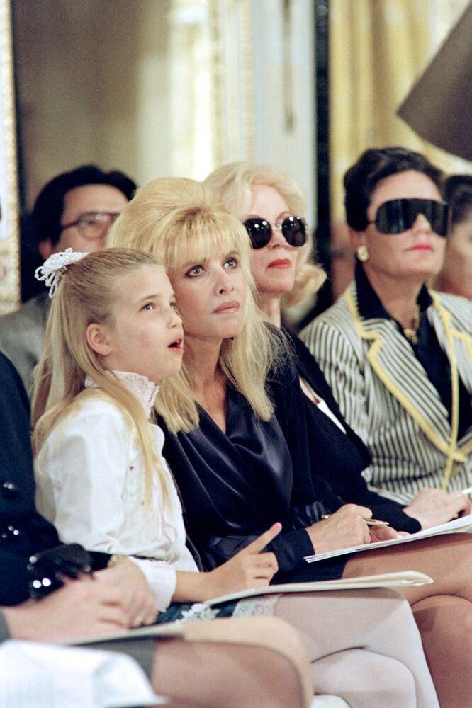 إيفانا ترامب (الثانية على اليسار) برفقة ابنتها إيفانكا (يسار)، تحضران عرض أزياء لمجموعة خريف 1991،  لمصمم الأزياء كارولين روم في نيويورك، الولايات المتحدة 10 أبريل/ نيسان 1991