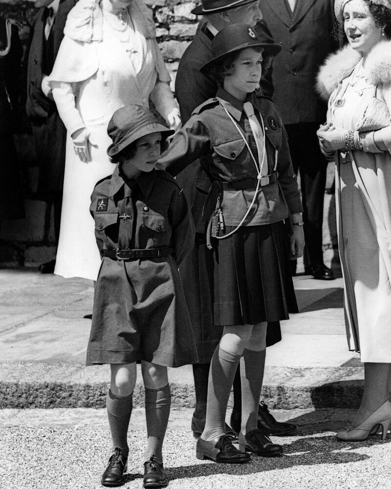 التقطت الصورة عام 1938 في قلعة وندسور، حيث تظهر الأميرات مارغريت وإليزابيث (الملكة إليزابيث الثانية)، خلال مسيرة للفتيات الكشافة.