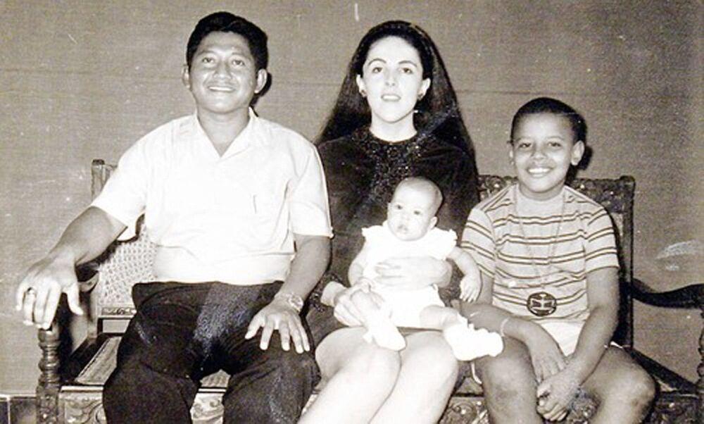 عضو مجلس الشيوخ الأمريكي من إلينوي والمرشح الرئاسي للحزب الديمقراطي في الانتخابات الرئاسية الأمريكية لعام 2008، باراك أوباما (يمين) البالغ من العمر 9 سنوات، برفقة زوجة الأب لولو سويتورو (يسار) وشقيقته مايا سوتورو ووالدته آن دنهام (وسط)، في صورة عائلية تعود لعام 1970، نشرتها حملته الرئاسية في عام 2008