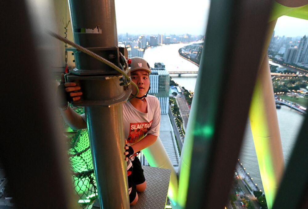 تحدي السير على الحبال في الجو في برج كانتون الصيني، في مدينة قوانغتشو، الصين 23 مايو 2021