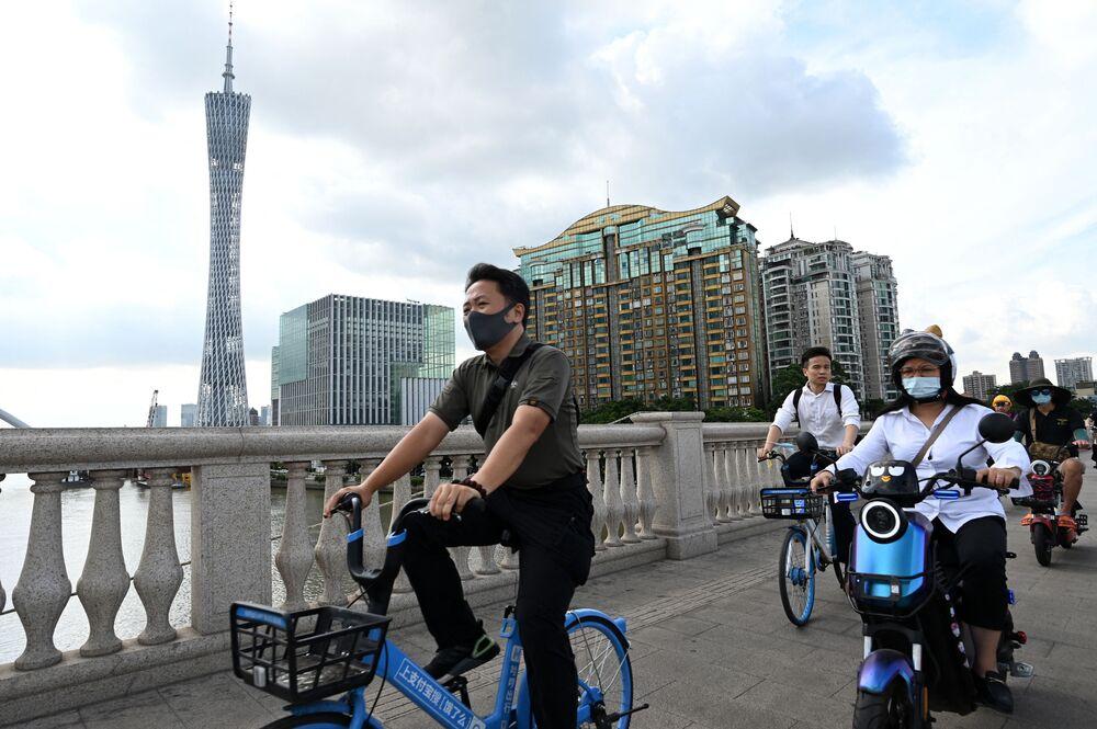 تحدي السير على الحبال في الجو في برج كانتون الصيني، في مدينة قوانغتشو، الصين  24 مايو 2021